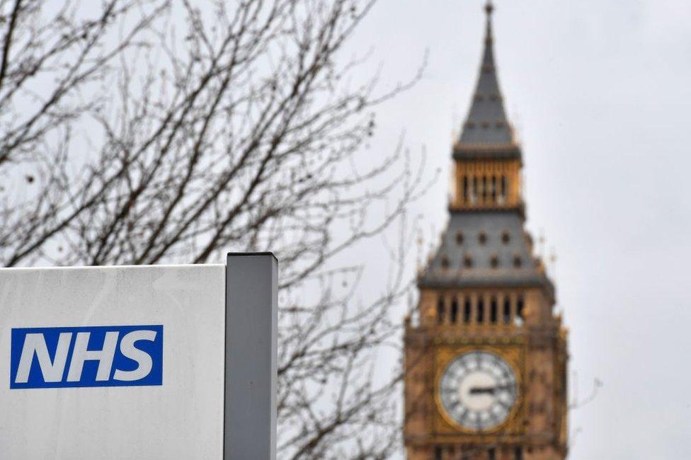 Cartel del NHS frente al Big Ben en Londres.