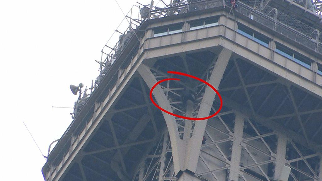 Мужчина забрался на Эйфелеву башню. Его уговорили слезть только через шесть часов