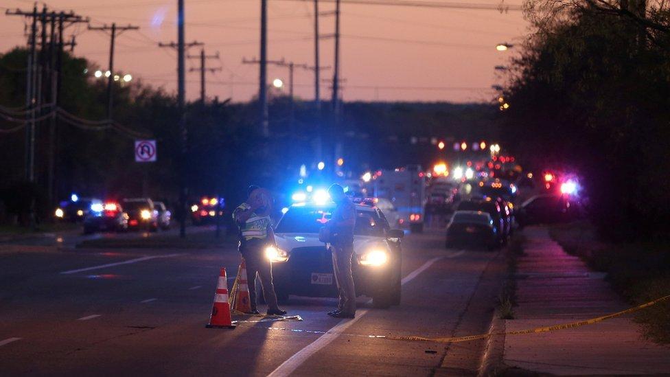 Policías en la escena de uno de los incidentes con bomba en Austin, Texas.