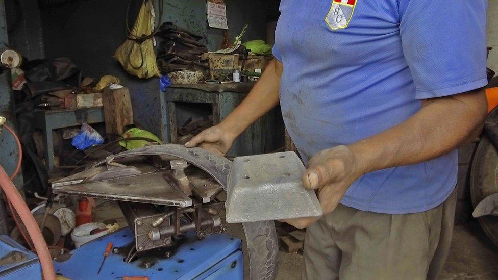 Los buzos utilizan un cinturón con varios bloques de plomo como este, que pesa cuatro kilos, para hundirse en el mar. (Foto: V. M. Vásquez)