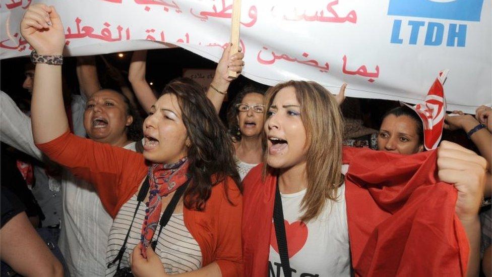 نساء تونسيات يتظاهرن خلال العيد الوطني للمرأة