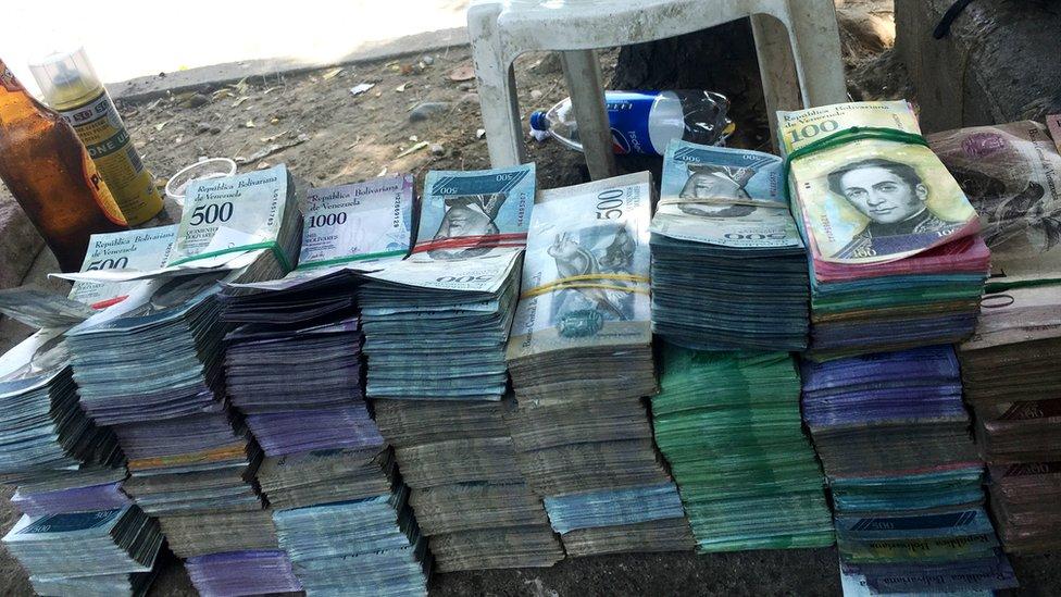 Dinero venezolano. (Foto: Boris Miranda)