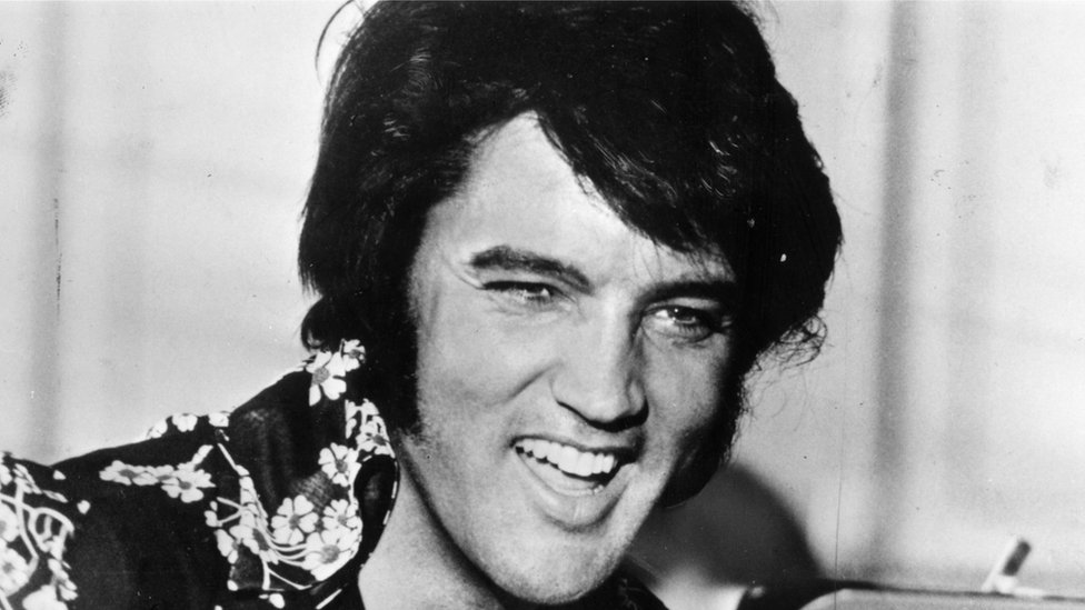Elvis Presley nació el 8 de enero de 1935 y murió el 16 de agosto de 1977.
