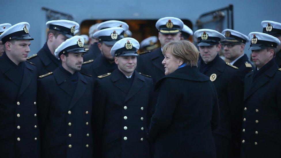 La canciller Angela Merkel habla con miembros de la Armada