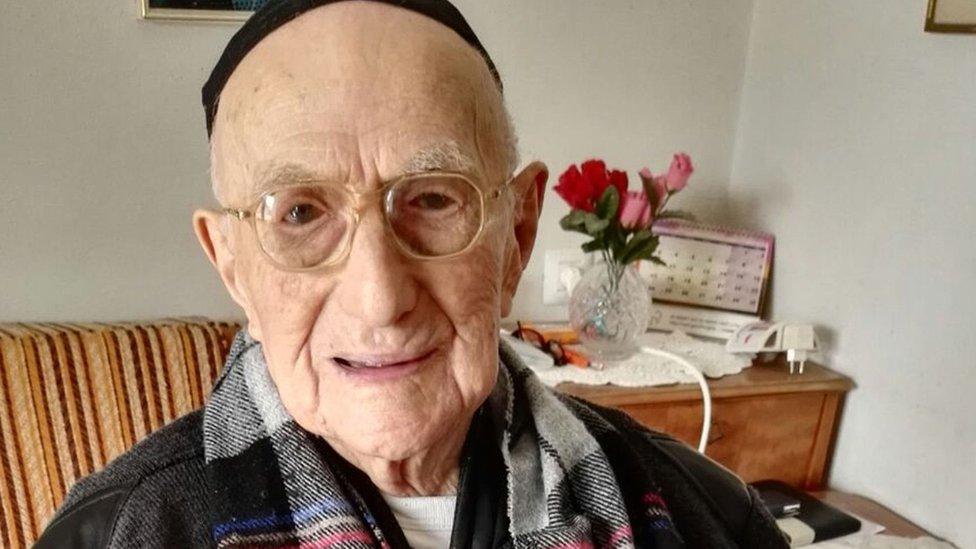 Yisrael Kristal sentado en su casa en la ciudad israelí de Haifa en 2016