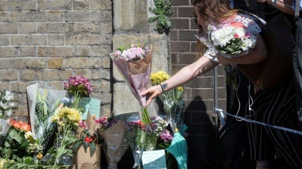 وضع أفراد من الشعب البريطاني ورودا قرب مكان الحادث تعاطفا مع الضحايا