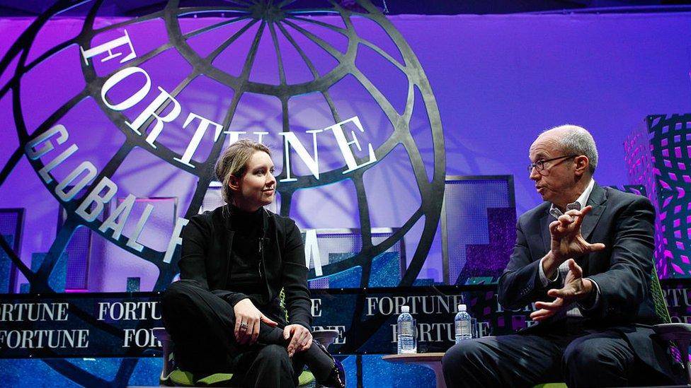 Elizabeth Holmes fundó Theranos a los 19 años de edad y en 2015 alcanzó la fama como la emprendedora multimillonaria más joven del mundo, según Forbes.