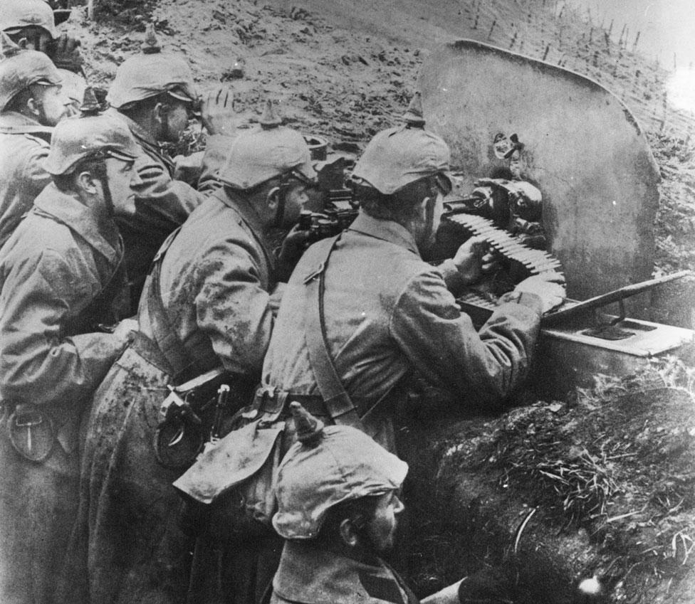 Soldados alemanes disparan desde una trinchera en el Frente Oriental durante la Primera Guerra Mundial.