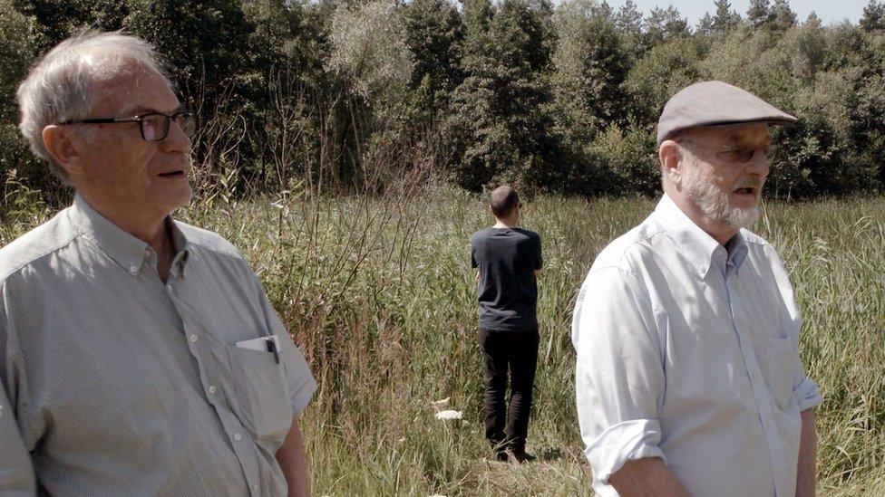 Horst von Wächter (izquierda), Niklas Frank y en el fondo, de espaldas, Philippe Sands.