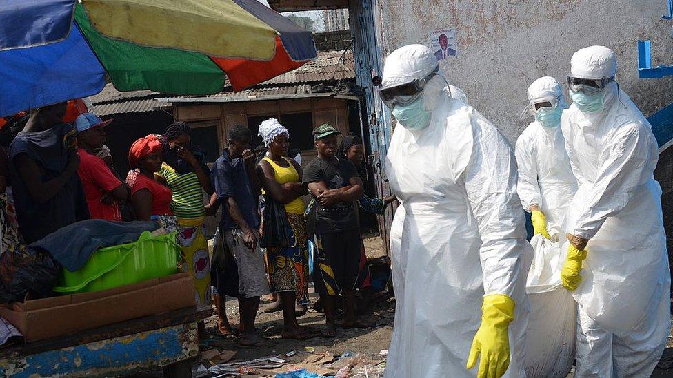Trabajadores sanitarios retiran un cadáver en Monrovia, Liberia.