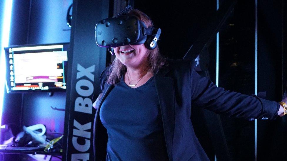 Zoe Kleinman probando el Black Box VR. (Foto: BBC)