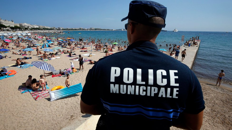 Muslim Frenchwoman 'fined for veil on Cannes beach'