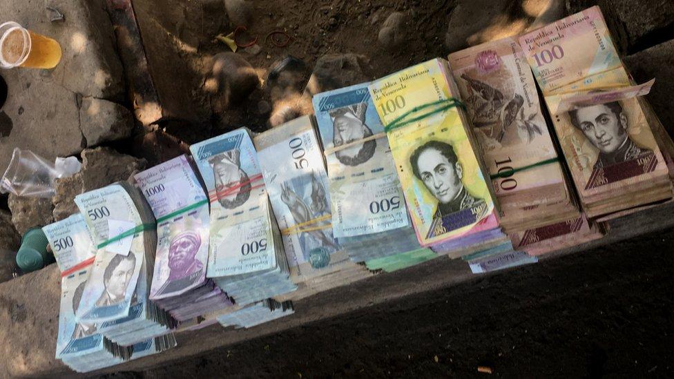 Dinero en la plaza. (Foto: Boris Miranda)