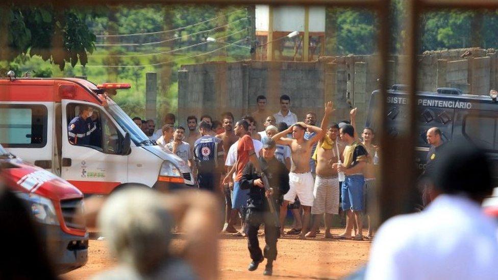 أعيد اعتقال عدد من السجناء الفارين بعد اندلاع أحداث الشغب بساعات