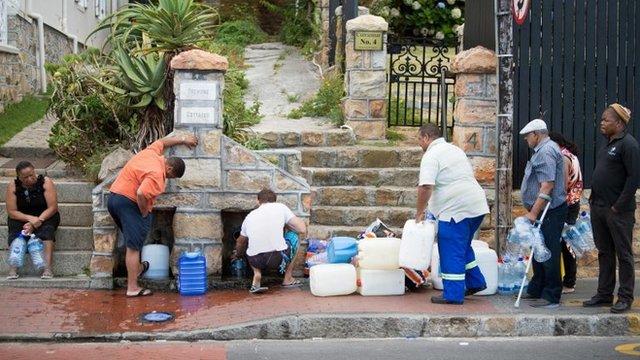 Si la situación no mejora antes del 12 de abril, los habitantes de Ciudad del Cabo tendrán que acudir a puntos colectivos de distribución de agua.