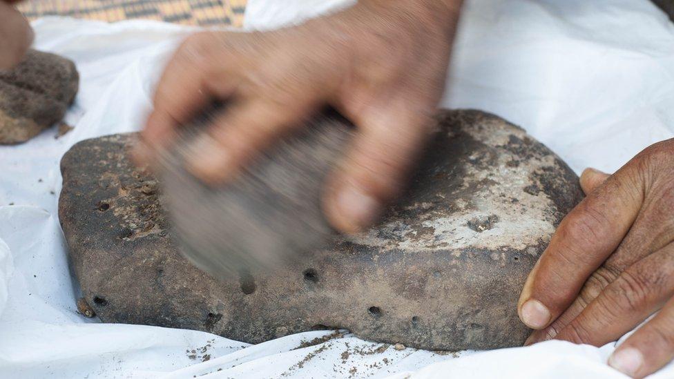 Prehistoric bake-off: Recipe for oldest bread revealed | BBC