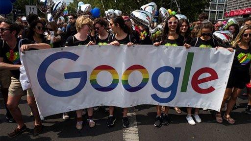 Mujeres con una pancarta de Google