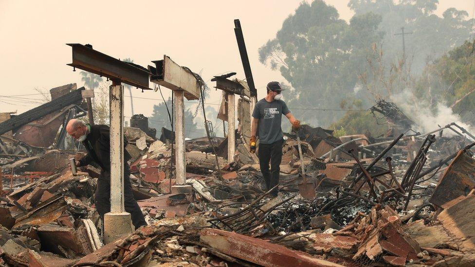 Algunos residentes de Ventura han podido volver para encontrarse sus casas en ruinas.