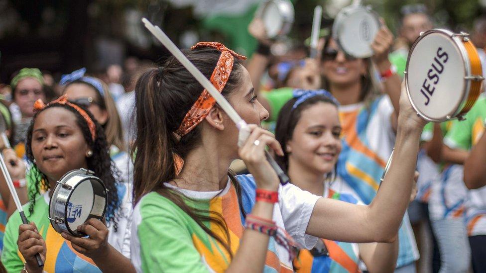 一些宗教團體也參加了嘉年華遊行。