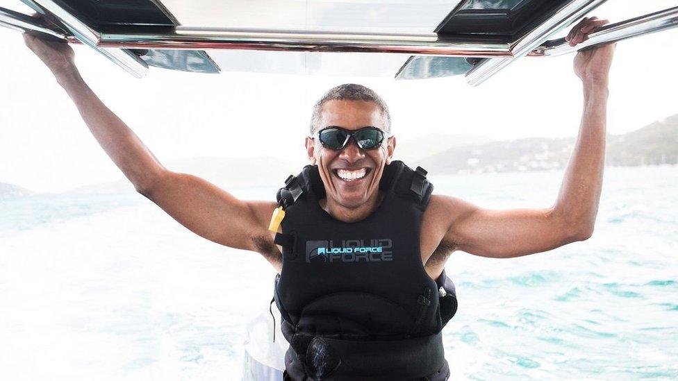 Barack Obama en una práctica de kitesurf