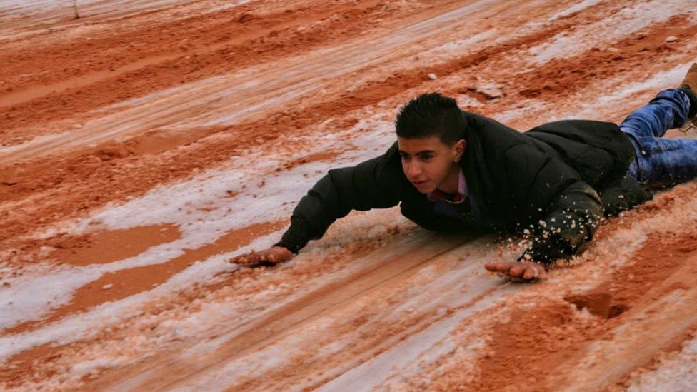 Joven se desliza en la nieve del desierto del Sahara. (Foto: gentileza Hamouda Ben jerad)
