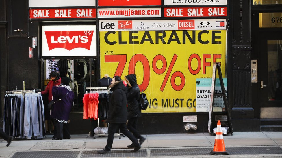 Una tienda con anuncios de descuento en Estados Unidos.