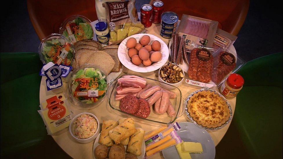 Alimentos ricos en grasas sobre una mesa.