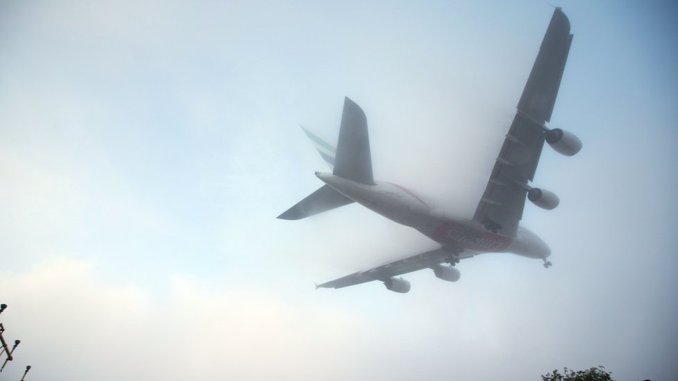 Fog alert in southern England prompts flight delay warnings