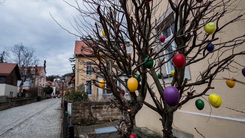 Árbol decorado con huevos en Alemania.