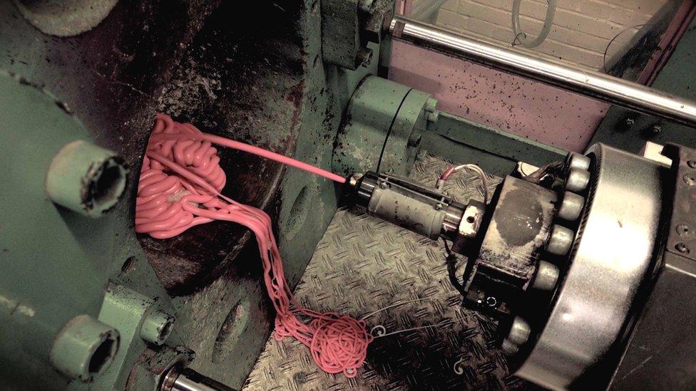 Los chicles se someten a temperaturas altas antes de introducirlos en máquinas que les permiten moldearlos.
