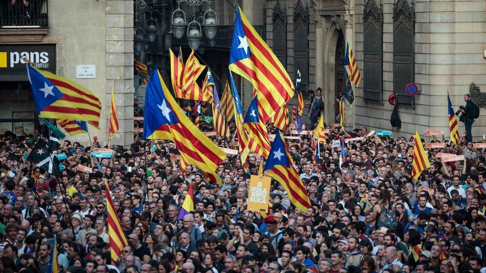 Tras recibir el aval del Senado, el presidente del gobierno español, Mariano Rajoy, ordenó la semana pasada asumir el control de Cataluña.