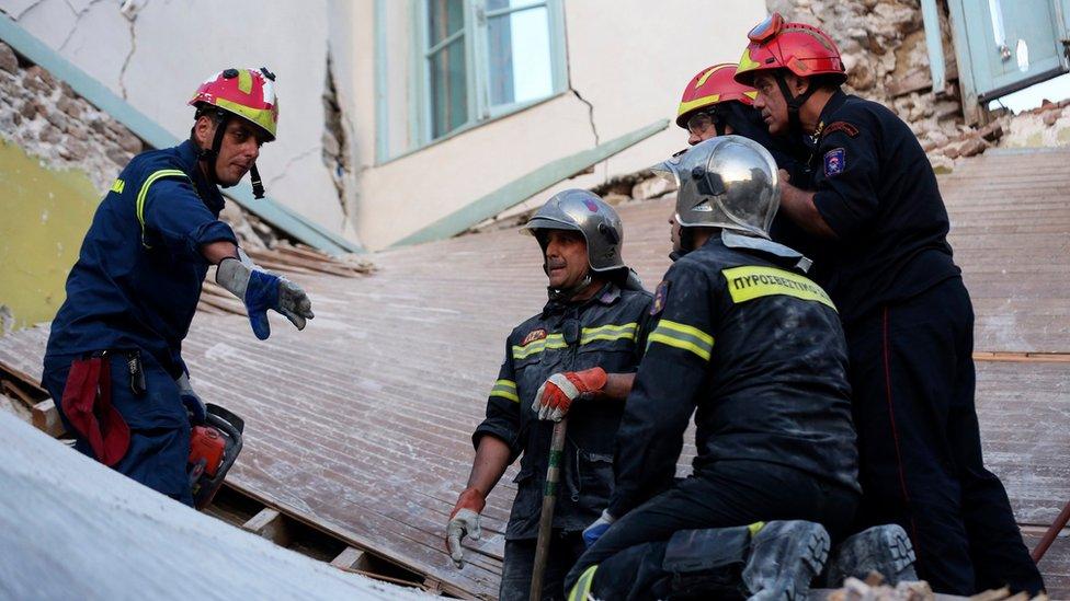 Bomberos revisando los escombros de Vrisa.