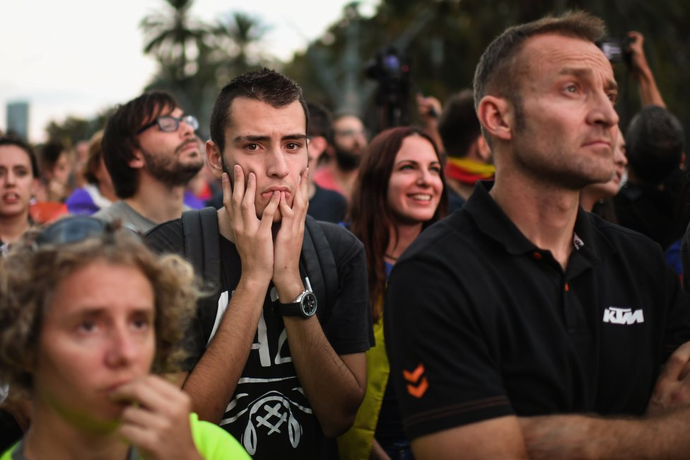 Ciudadanos fuera del Parlamento de Cataluña en Barcelona.