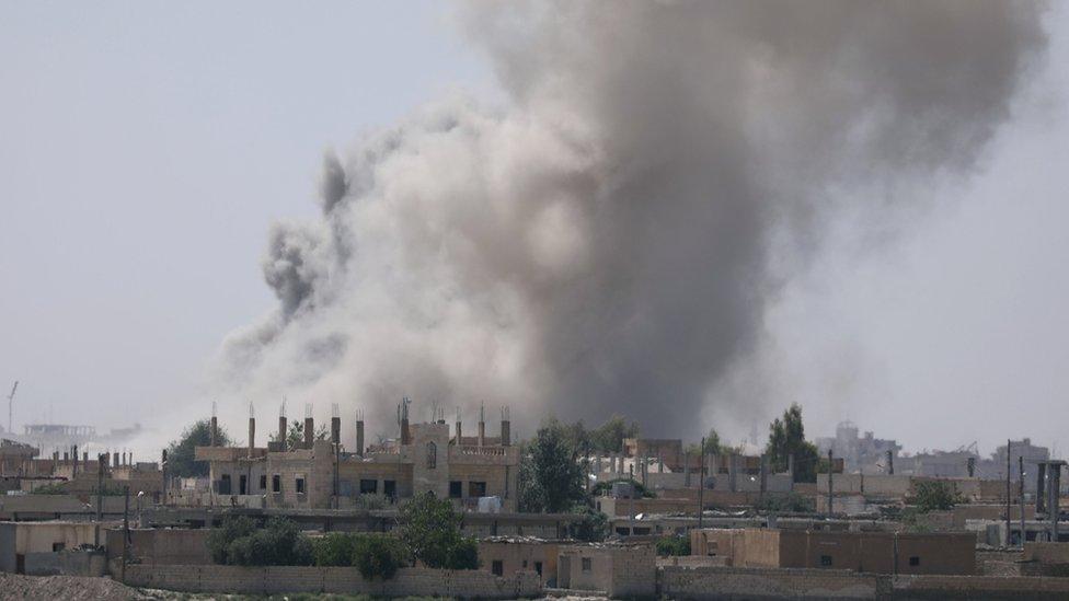 دخان يتصاعد بعد قصف منطقة في الرقة