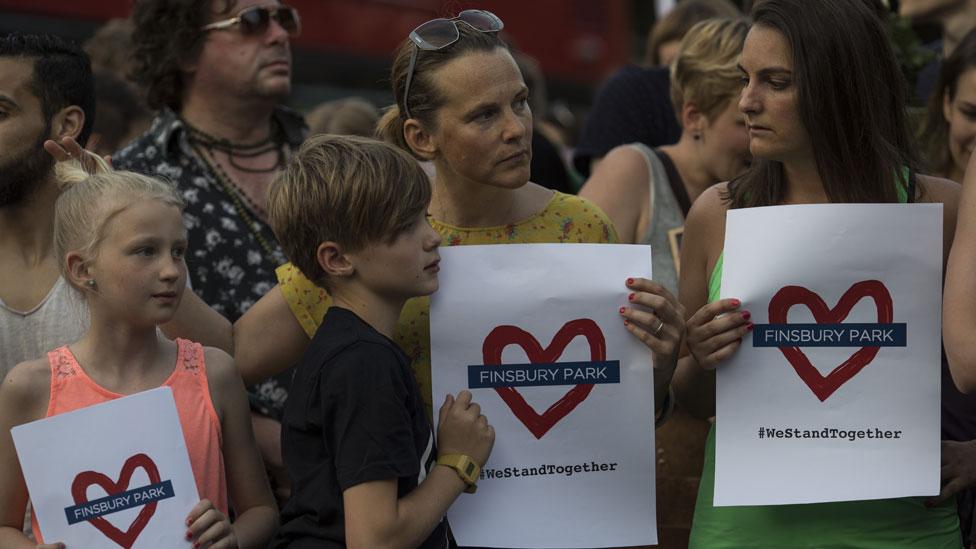 """Niños y adultos con carteles que dicen, """"amo Finsbury Park""""."""