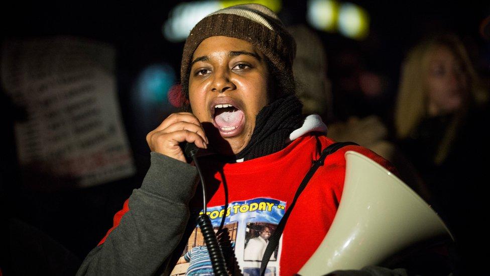 Erica Garner protesta megáfono en mano.