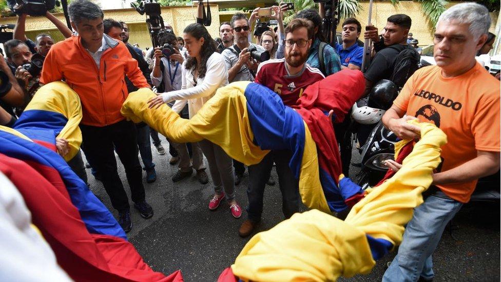 Simpatizantes afuera de la casa de Leopoldo López