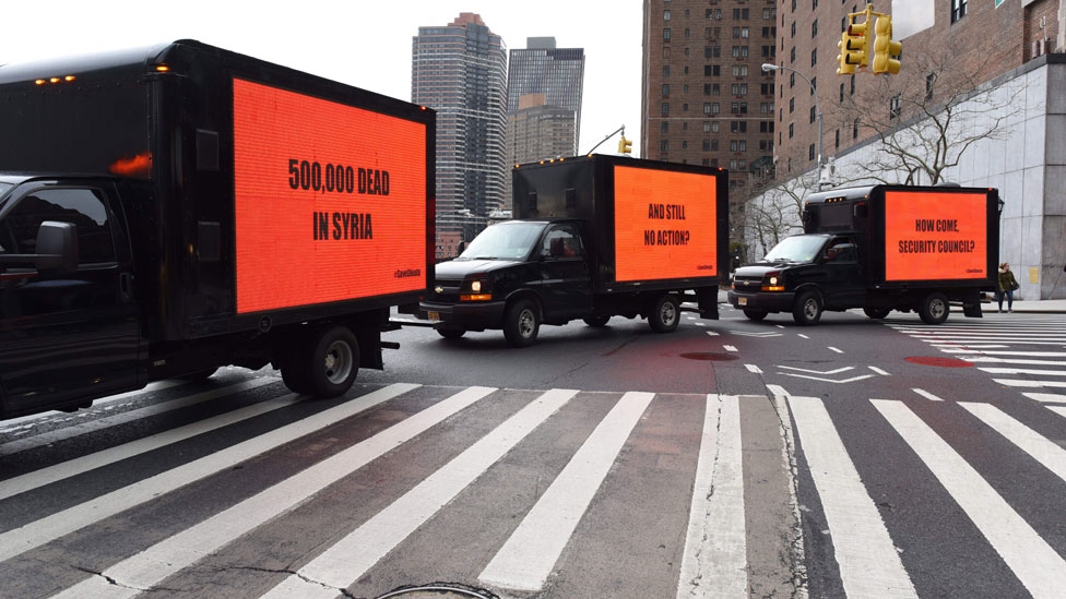 Camiones con avisos luminosos en Nueva York.