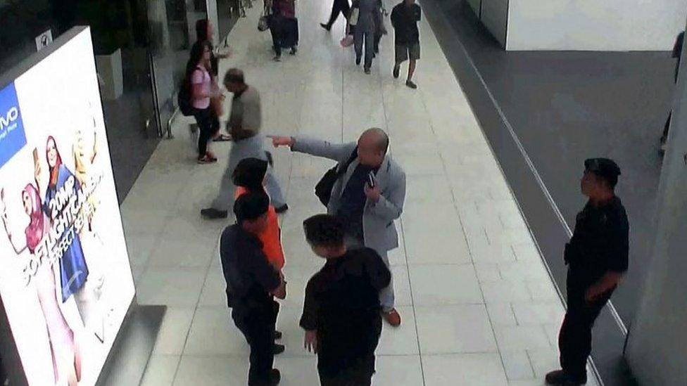 金正男(中央身穿灰色西裝者)倒斃前與吉隆坡第二國際機場職員交談(13/2/2017)