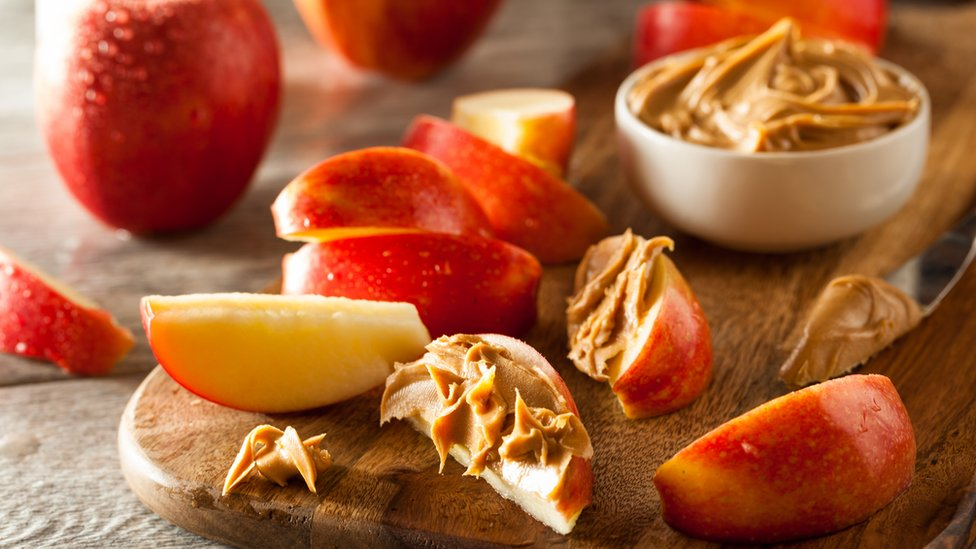 Mantequilla de maní con rebanadas de manzana.