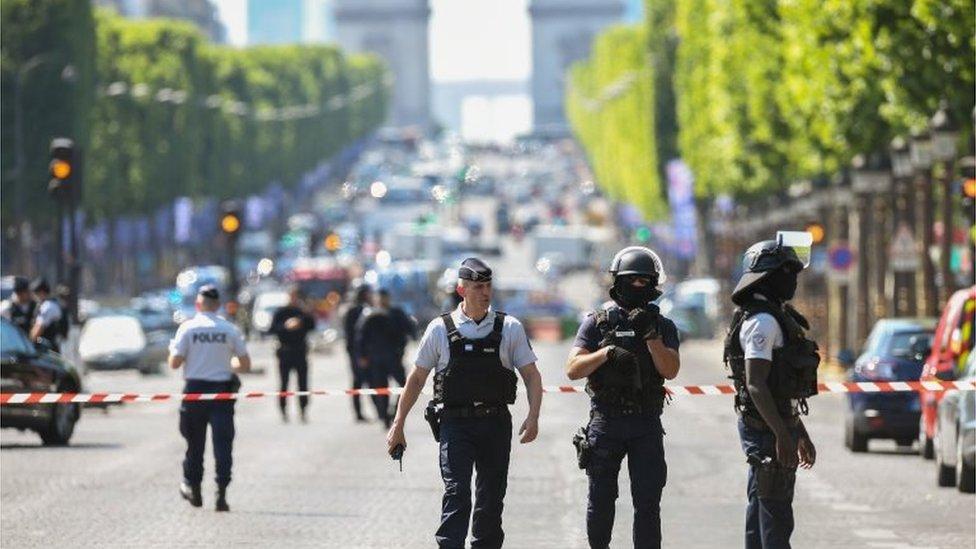 Policías armaron un cordón de seguridad en los campos Elíseos.