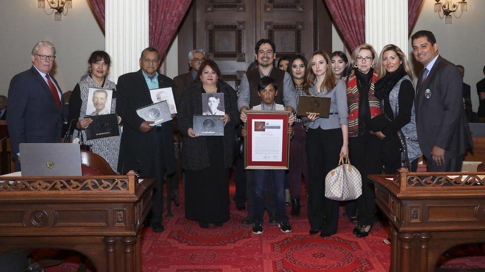 Tim Hernandez con familiares de algunos de los fallecidos en el accidente del cañón Los Gatos (Foto: cortesía Tim Hernandez)