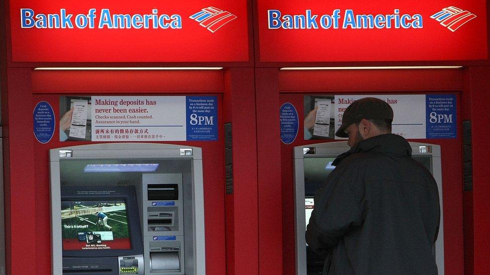 En Estados Unidos, muchos bancos exigen a los clientes contar con un saldo mínimo promedio mensual de US$1.500 o disponer de un pago directo de nómina para no tener que pagar comisión por mantenimiento de cuentas.