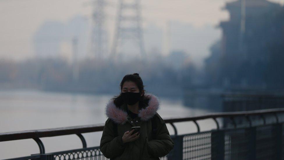 一名在北京戴口罩的女子