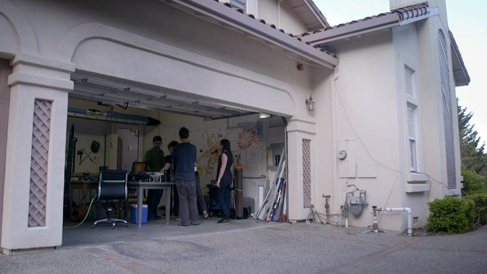 En el garaje de Rainbow Mansion está el laboratorio. Los garajes tienen un rol crucial en la mitología de Silicon Valley. Hewlett-Packard, Apple y Google empezaron en garajes.