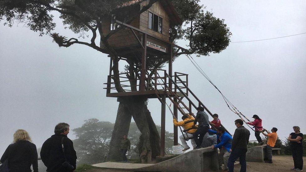 Carlos Sánchez decidió construir la Casa del Árbol para observar la actividad volcánica del Tungurahua. (Foto: Eliot Stein)