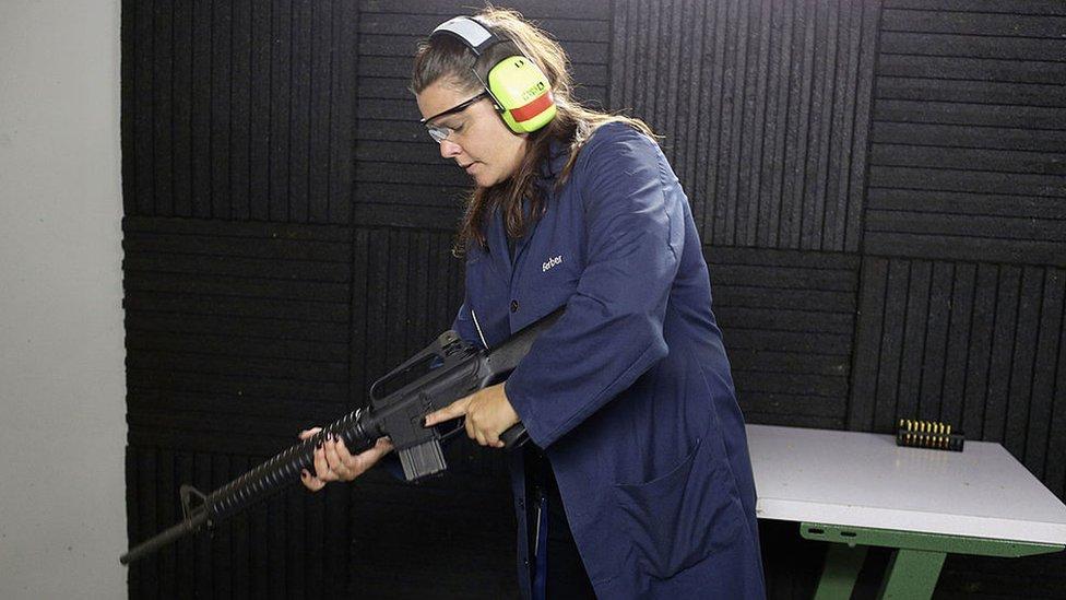 Muchos civiles con permiso para adquirir armas se inclinan por el fusil RA-15 en EE.UU.