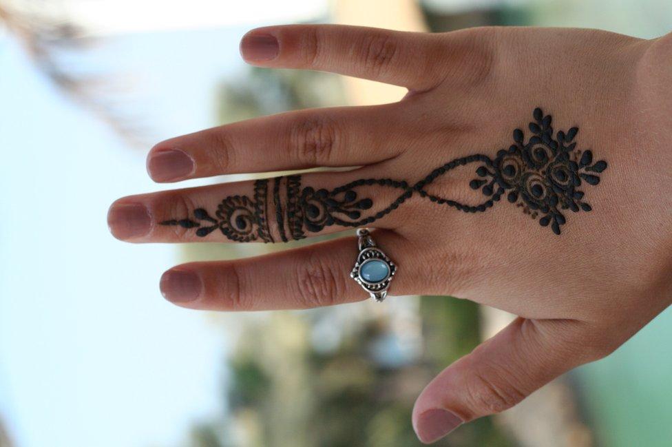 En los Emiratos Árabes Unidos los diseños temporales de hena son muy populares, a diferencia de los tatuajes que son considerados contrarios la religión.