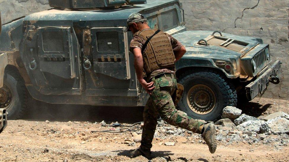 جندي عراقي يشارك في التقدم نحو غرب الموصل