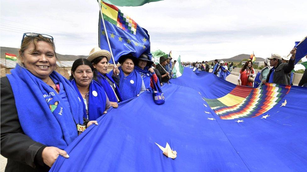 Grupo de personas con la bandera este sábado.